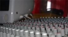 """I anslutning till replokalen ligger vår inspelningsstudio. Studion består av ett digalt mixerbord iform av en IMAc med de nyaste programmen. Vi har även ett analogt mixerbord för dig som vill köra lite """"old school"""". Har du intresse av inspelning och musik skall du prata med vår musikansvarige Prikken."""